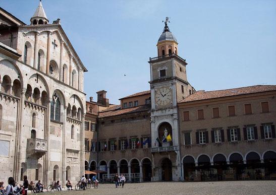 <em>El Duomo y el Palazzo Comunale, foto por Hierakares (CC BY 3.0)</em>