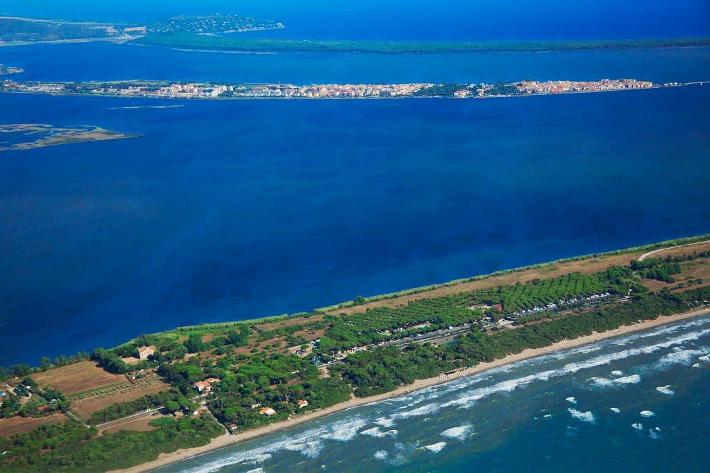<em>Orbetello en el medio de la laguna y las franjas de Giannella y Feniglia. Foto de italiavai.com</em>